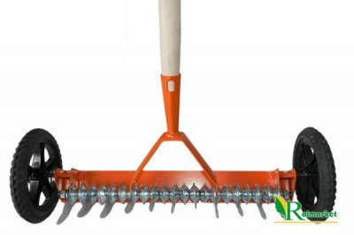 Wertykulator (aerator trawnikowy) na kółkach z trzonkiem drewnianym